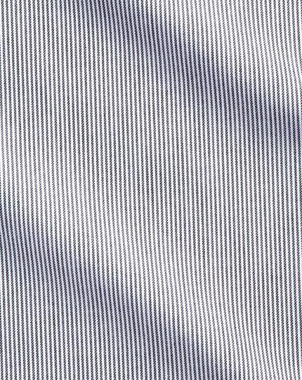 Bügelfreies Slim Fit Hemd mit Haifischkragen in Anthrazit mit feinen Streifen