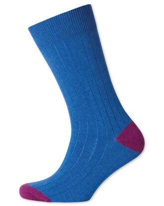 Chaussettes bleues côtelées