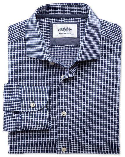 Slim Fit Business-Casual Hemd mit Semi-Haifischkragen in Marineblau und Weiß mit ovalem Dobbymuster