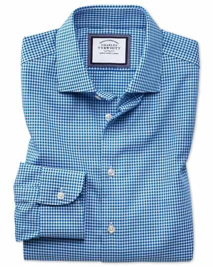 Chemise business casual bleue et blanche coupe droite à pois, textures modernes et col semi-cutaway sans repassage