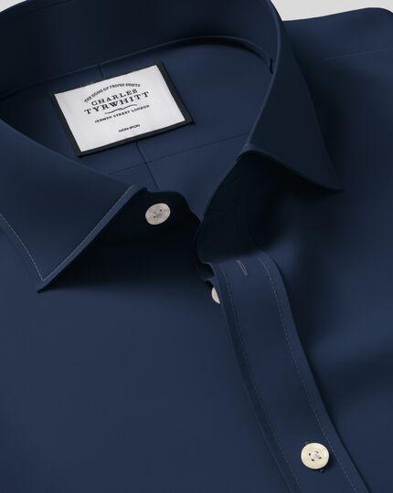Bügelfreies Slim Fit Twill-Hemd mit Haifischkragen in Marineblau