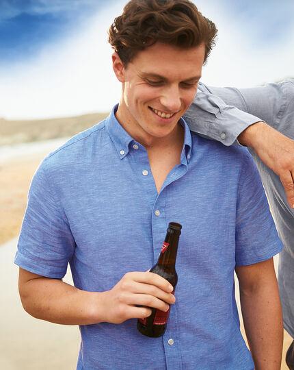 Felblauw, katoenen-linnen keperoverhemd met korte mouwen en slanke pasvorm