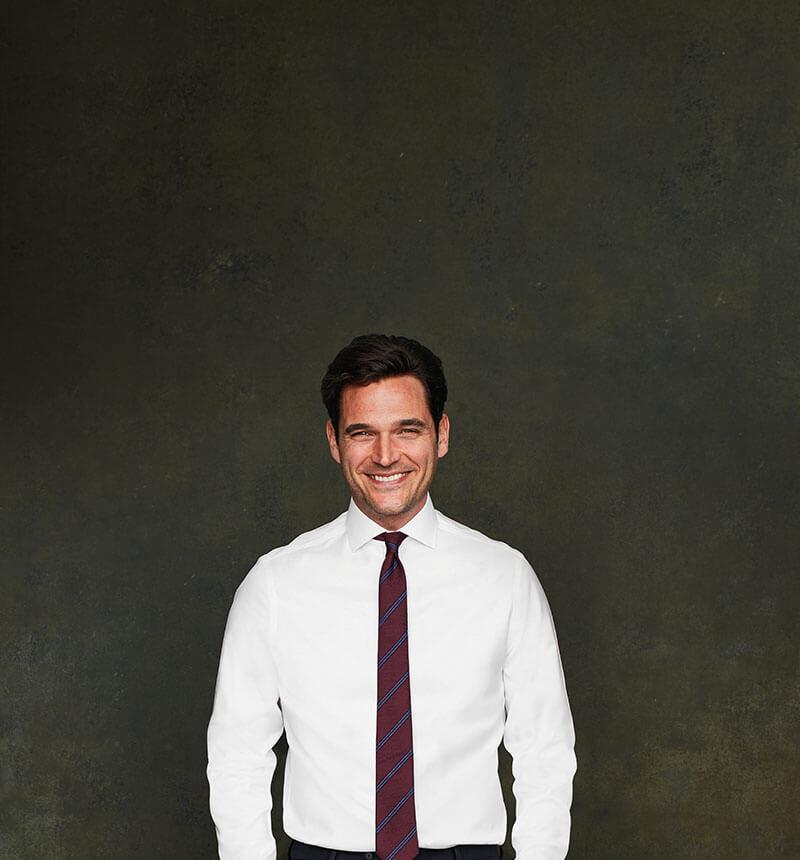 man waering a white shirt